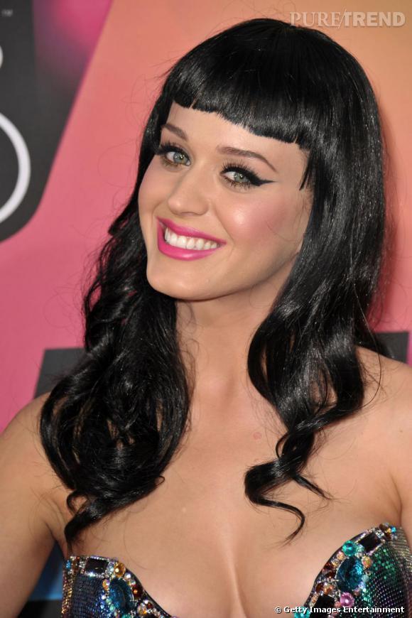 Addict à ce qui se voit, Katy Perry se démarque des autres chanteuses pop rock avec une allure de pin-up très sexy et tape-à-l'oeil. La frange courte + crinière longue et ondulée, ça marche donc aussi.