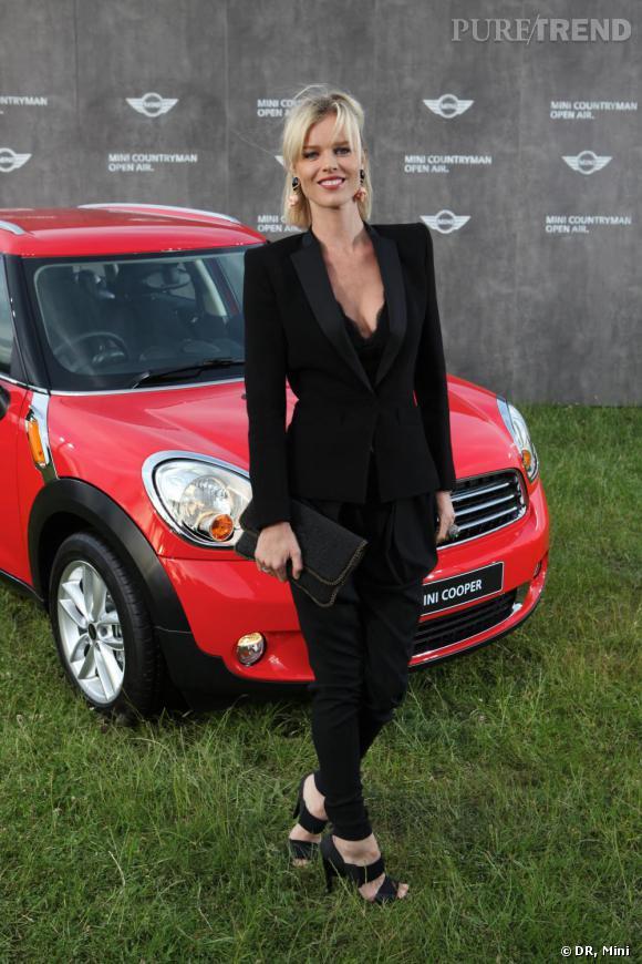 Eva Herzigova pose devant la nouvelle Mini lors de la soirée Mini Countryman Open Air à Londres