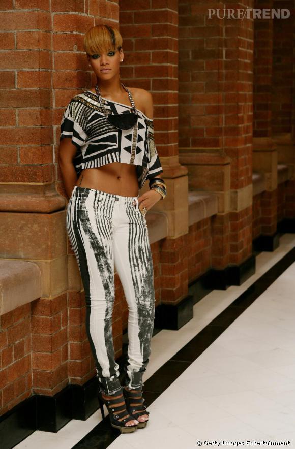 En plus de dévoiler son nombril, Rihanna mixe des imprimés peu communs. Osé mais pas très convaincant. Le bémol ? Les sandales à plateaux XXL, parfaites pour... alourdir son look et virer vulgaire.