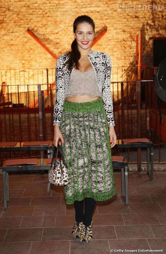 Bis pour Margherita Missoni qui ose la combinasion, cropped top et jupe mi-longue. Le plus ? Les sandales léopard qui actualisent son look.