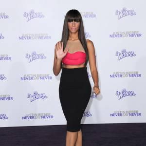 Deuxième apparition le ventre à l'air pour Leona Lewis qui flatte cette fois sa silhouette avec une jupe noire. Le plus ? Les talons à plateaux, obligatoires pour élancer sa plastique.