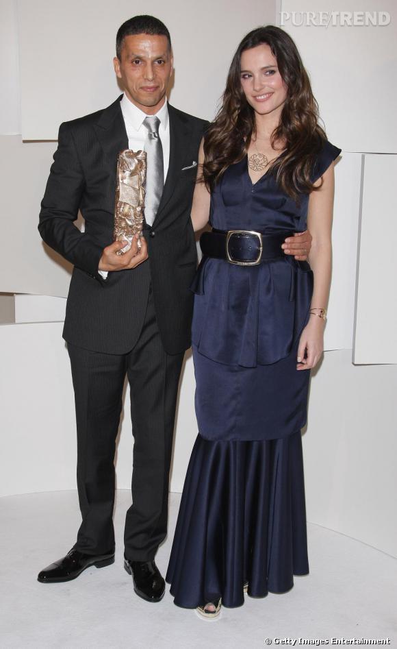 Pour les César 2008, l'actrice prend la pose aux côtés de Sami Bouajila en robe longue bleu nuit signée Chanel, radieuse.
