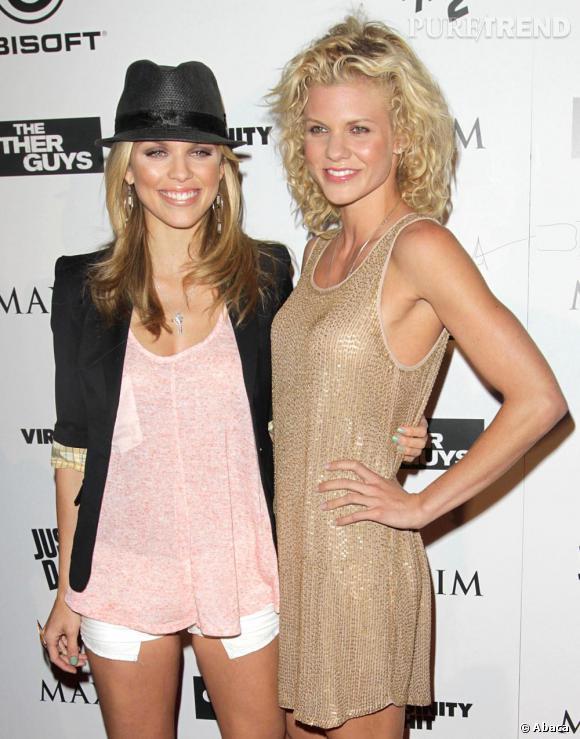 AnnaLynne McCord, ici en compagnie de sa soeur, n'hésite pas à dévoiler ( un peu trop ) ses gambettes.