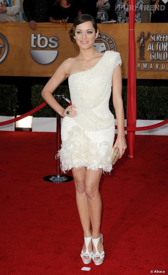 Entre dévoiler ses jambes ou sa poitrine il faut choisir, l'actrice l'a bien compris. Elle ose donc la robe courte Elie Saab mais one-shoulder !
