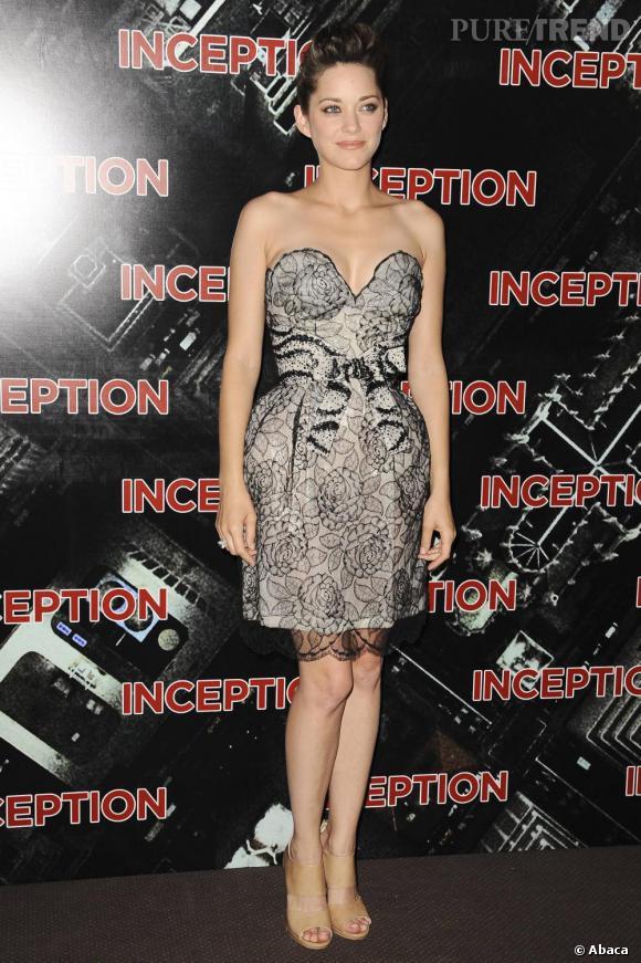 En mini robe bustier signée Dior, Marion s'offre une silhouette de poupée. La fine dentelle dédramatise la longueur de la robe pour un look en toute discrétion.