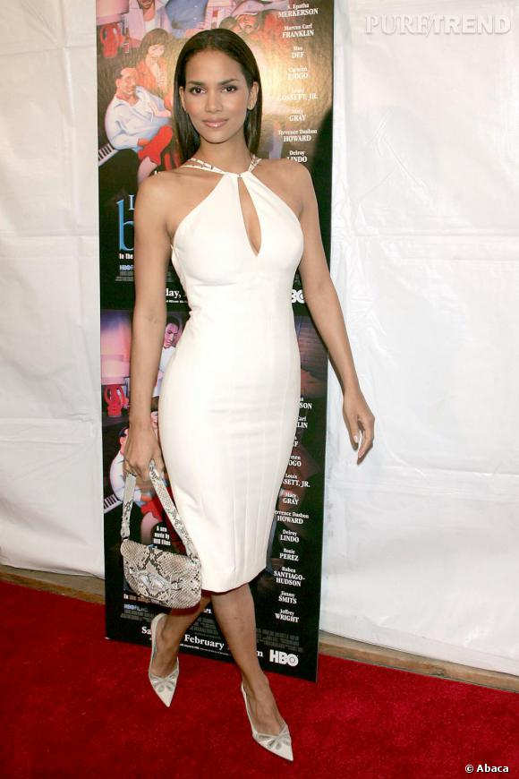 En 2005, l'actrice opte pour la robe blanche au décolleté audacieux. Les cheveux lisses et la peau mise en valeur, Halle est sublime. Petit bémol cependant sur l'accessoire python.