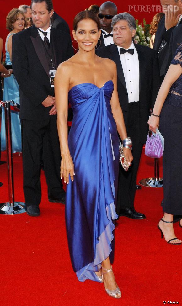 2005 marque un réel tournant stylistique pour l'actrice. Majestueuse dans une robe d'un bleu électrique, Halle porte le drapé à merveille.