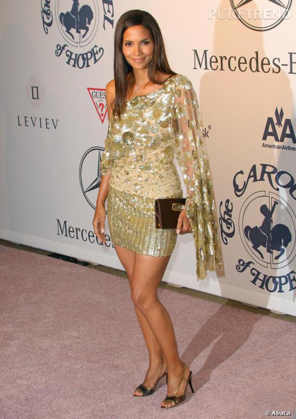 Lors d'une soirée caritative, l'actrice s'essaie à la mini robe one-shoulder. Elle s'offre une jolie silhouette mais la couleur ne la flatte pas particulièrement.