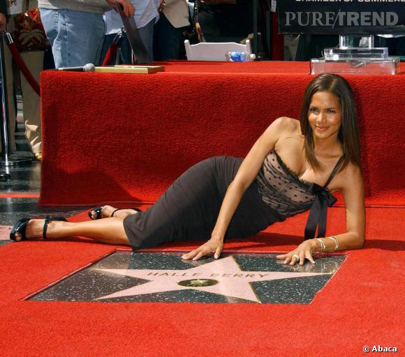 Pour inaugurer son étoile sur le Walk of Fame d'Hollywood en 2007, l'actrice choisit la mini légèrement dentelle et la chevelure lisse. Une merveille stylistique.