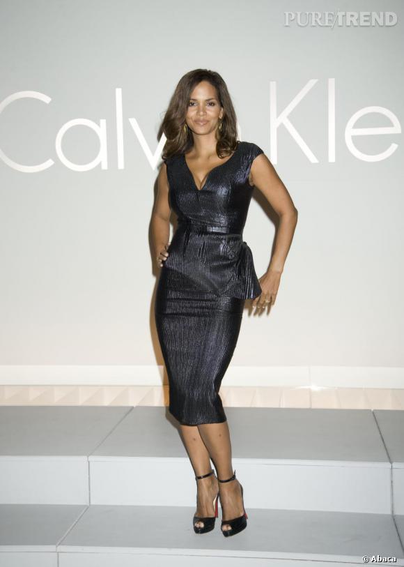 Pour un show Calvin Klein en 2008, Halle porte une création de la maison. Un rien trop sévère mais assez glamour.