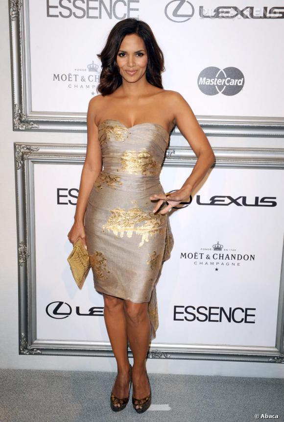 En 2009, Halle atteint la perfection dans une mini robe bustier dorée et surpiqûres qui sublime sa peau !