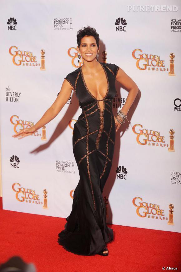 En 2010, l'actrice fait un retour aux sources avec une robe très échancrée. Avec un corps pareil, on lui pardonne.