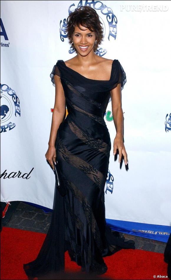 En 2002, Halle devient la première afro-américaine oscarisée. Elle acquiert aussi des goûts plus sûrs côté look en jouant sur le drapé et la transparence.