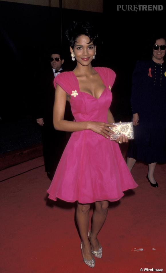 Pour une de ses premières apparitions red carpet en 1993, Halle choisit une petite robe rose bonbon. Un peu kitsh !