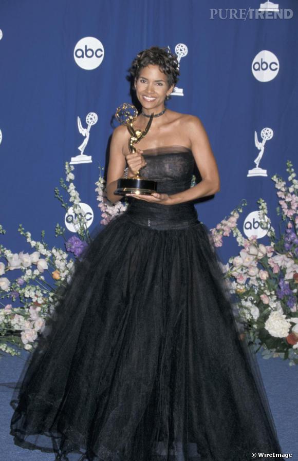 En 2000 aux Emmy Awards, l'actrice opte pour la robe de princesse noire étonnamment sobre connaissant ses goûts. Divine.