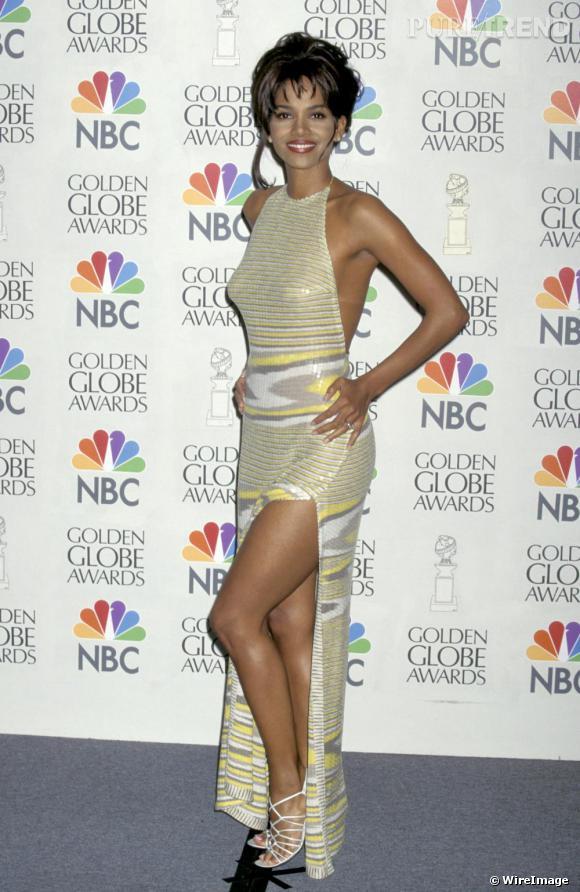 Aux Golden Globes 1997, Halle Berry tente la robe fendue décolletée dans le dos. A part l'imprimé, Halle est sur la bonne voie.