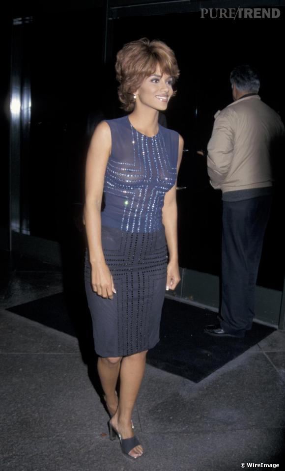 Pour un concert des Rolling Stones en 1998, Halle Berry s'offre une coiffure choucroute et un haut transparent. Un beau flop !