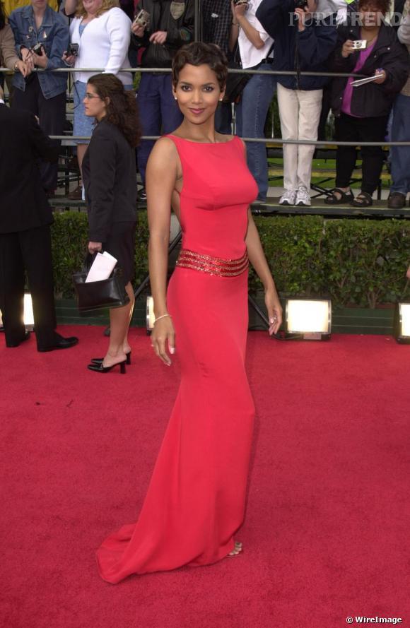 En harmonie avec le tapis rouge, l'actrice opte en 2001 pour une robe longue qui lui sublime la silhouette. Minimaliste et glamour, c'est un succès.