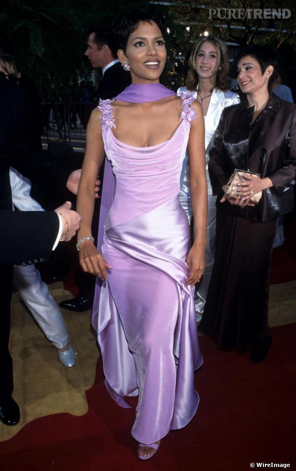 Aux Academy Awards en 1996, l'actrice opte pour la robe longue satinée. La surcharge de détails étouffe Halle.