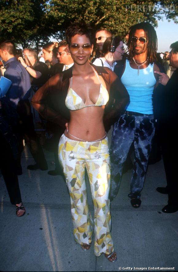 Pour la première d'X-Men, Halle va trop loin. Le haut bikini, le pantalon pattes d'eph, la ceinture bijou et les couleurs criardes, l'actrice fait mal aux yeux. Au secours !