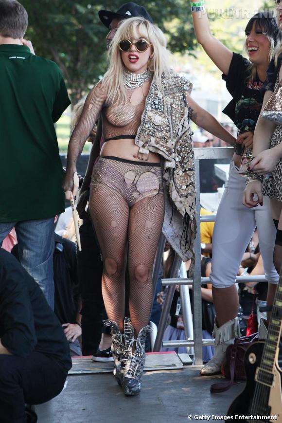 """Taylor Obcène...  Il semblerait que Lady Gaga ait révéillé son côté Gossip Girl. Alors qu'elle rejoignait le groupe """"Semi Precious Weapon"""" sur scène ce week end, la blondissime s'est muée en Taylor Momsen à savoir en blonde, punk et destroy... Un 90b compacté dans de la résille, une version gaga de la mamographie..."""