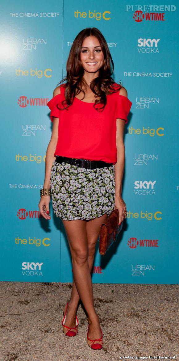 En jupe à fleurs et top rouge éclatant, Olivia reste estivale et toujours aussi stylée.
