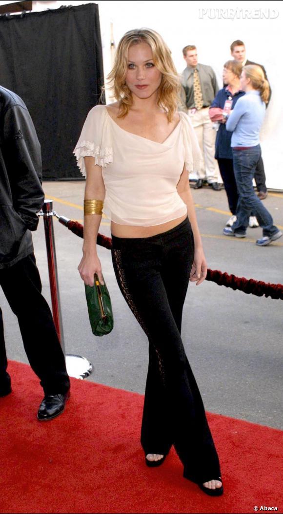 la même année Christina nous prouve qu'elle est capable de meilleure avec une blouse romantique un rien sensuelle et un pantalon taille basse.