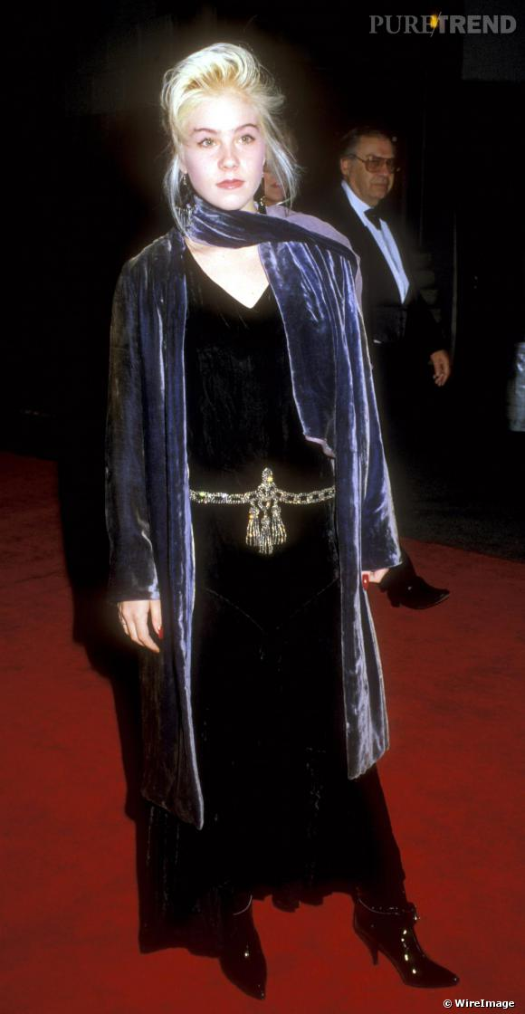 En 1987, Christina Applegate intégre le casting de Mariés, deux enfants dans le rôle de Kelly Bundy. Sur red carpet la tendance est au noir et au velours tendance Vampirella.