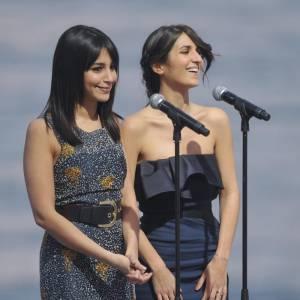 """Sur le plateau du """"Grand Journal"""", les filles ont offert un duo chic, en robe bustier à volants pour Géraldine, et robe imprimée fleurie pour Leïla."""