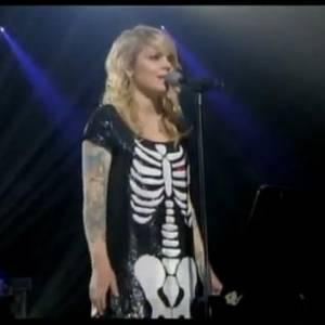 Coeur de Pirate en robe squelette. Collection : Automne Hiver 2008/2009