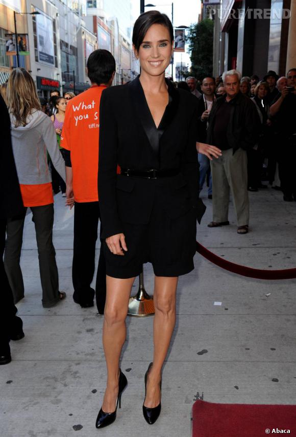 Jennifer en combinaison smoking Yves Saint Laurent.