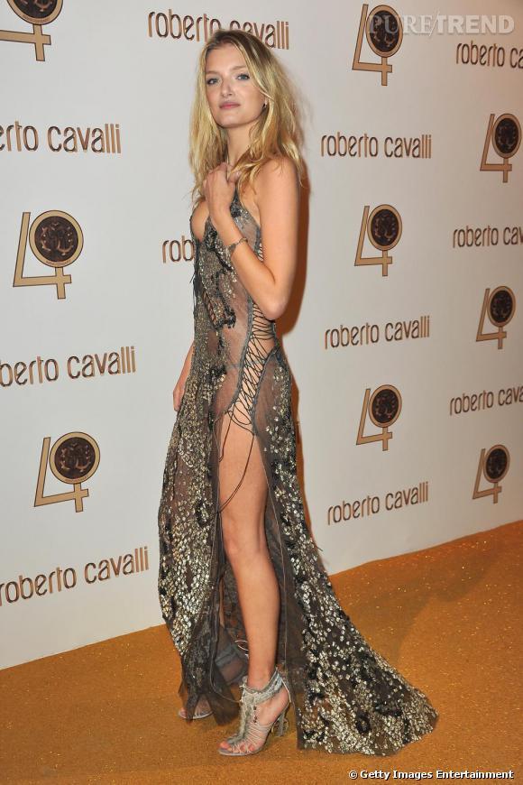 Le top Lily Donaldson en robe lacée très échancrée.