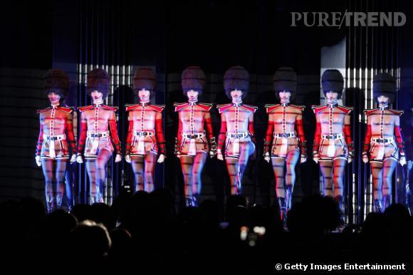 Les danseuses du Crazy Horse revisitent le costume de la garde anglaise.