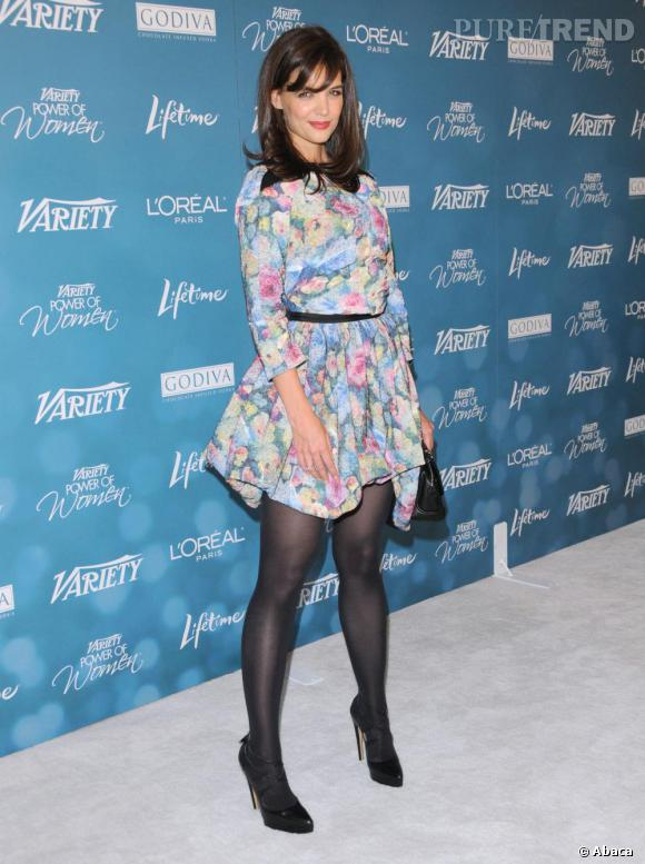 Katie Holmes casse le style liberty de la robe avec des accessoires noirs