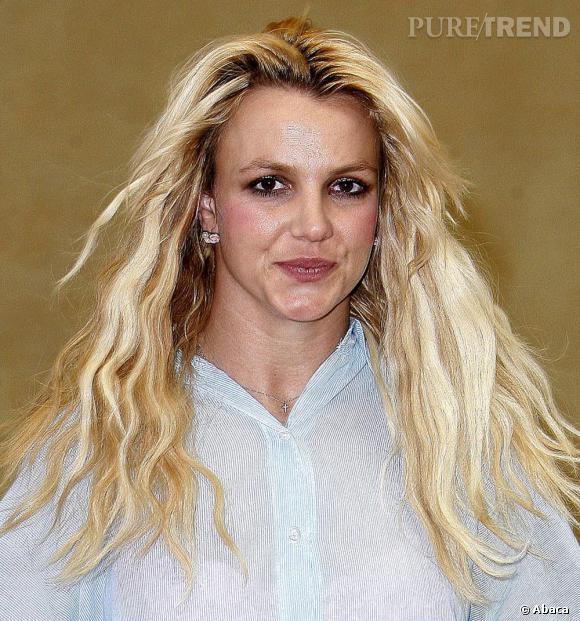 Racine qui poussent, peau brillante et col de chemise insolent, Britney Spears n'a visiblement pas remonté la pente.