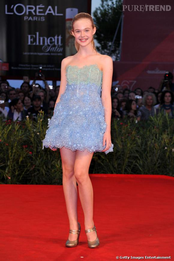A la Mostra de Venise, Elle Fanning avait tout d'une grande pour présenter Somewhere. Habillée d'une robe Marc Jacobs de la collection Resort 2011, montée sur le modèle Mary Jane de la même maison, elle donnait une leçon de mode aux fans de Miley Cyrus.