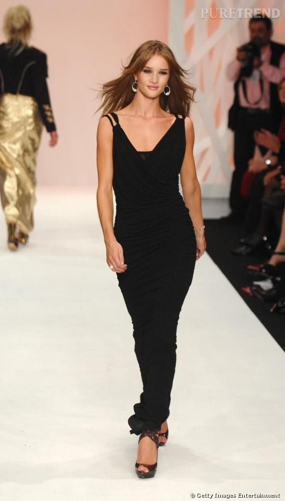 Rosie Huntington-Whiteley lors du défilé Fashion for Relief Printemps/Été 2009.