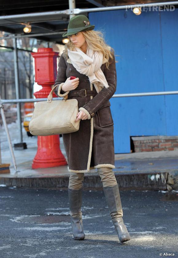 Sculpturale et bête de mode, Blake Lively ne pouvait que fondre pour LA tendance de l'année, le long manteau en laine retournée. Avec une paire de bottes et une grosse écharpe, Blake est prête à affronter l'hiver.