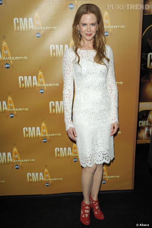 La robe en dentelle Dolce & Gabbana était mise en valeur grâce aux chaussures rouges choisies par l'actrice.
