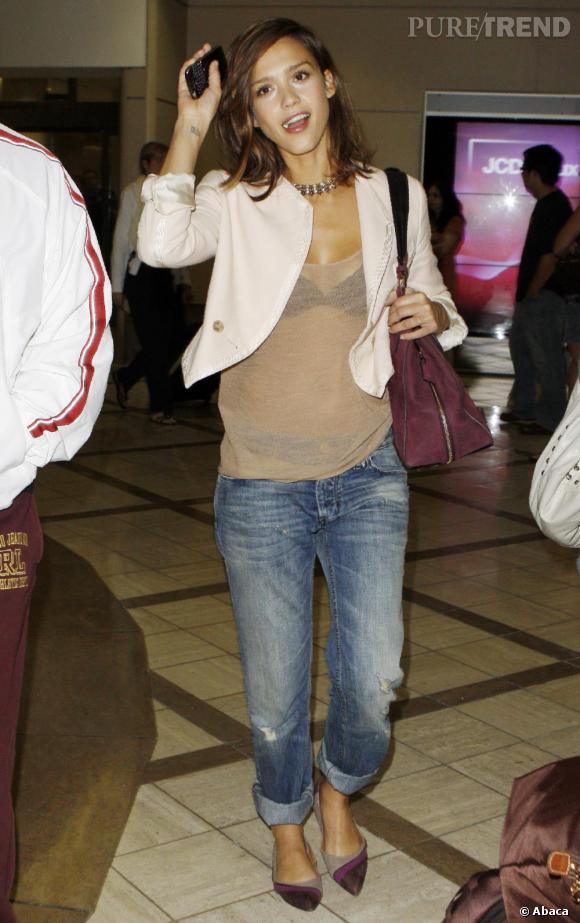 Le Boyfriend - Less is More     Avec le jean piqué à son jules, Jessica fond pour un top transparent, un petit rien qui fait tout.