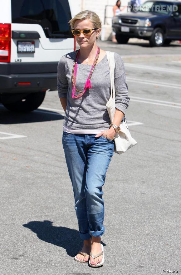 Le Boyfriend - Effortless Chic     Pour Reese Witherspoon, le jean est usé mais se porte toujours avec un soupçon d'élégance. Elle mise sur le plat et un collier girly.
