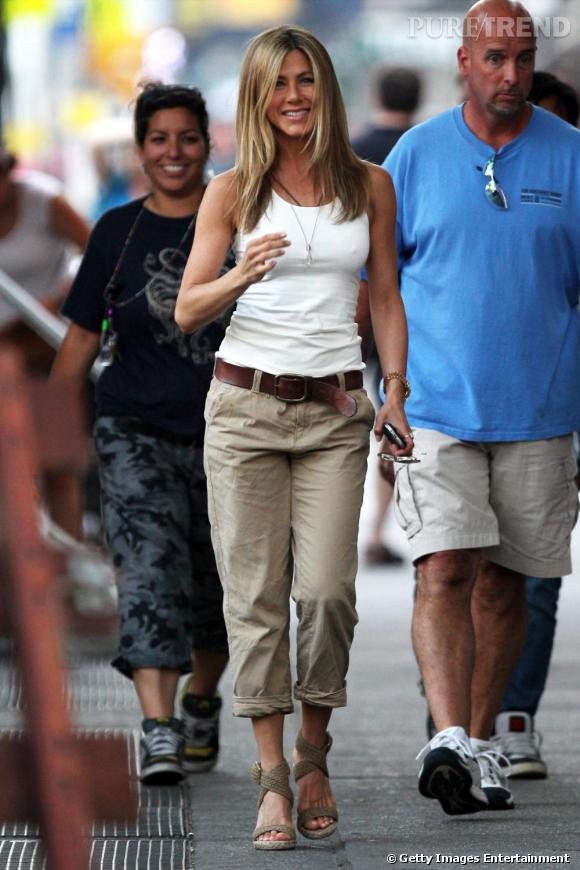 Le Chino - Elle succombe...       Jennifer Aniston fond pour le chino qui s'harmonise à sa silhouette, la touche casual en plus.