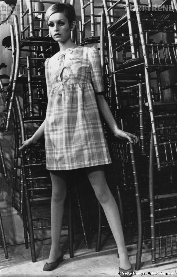 Indispensable n°1 : la mini-jupe En pleine gloire de la minijupe démocratisée par Mary Quant, Twiggy ne jure que par les petites robes et les looks de poupée 60's.