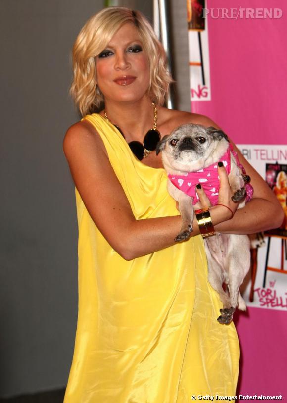 Tori Spelling et son chien : ils ont tous deux une face écrasée et un cou peu présent. Autant le dire, la ressemblance est frappante.