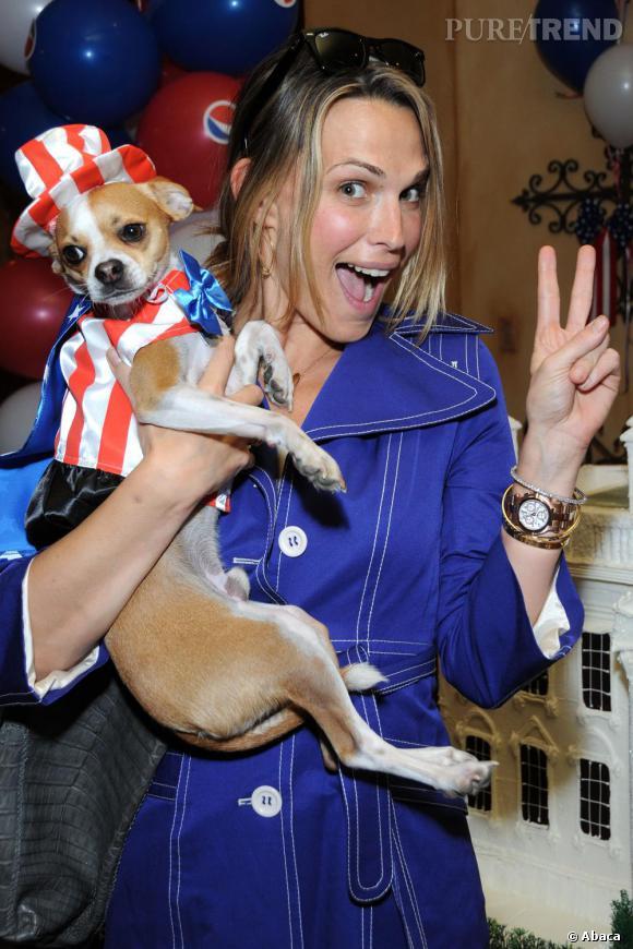 Molly Sims a déguisé son chien en Uncle Sam. C'est vrai qu'à côté, le bleu électrique de son trench est tout de suite plus discret...