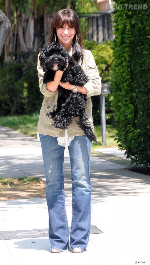 Jennifer Love Hewitt cache ses yeux sous une frange, la chevelure brillante. Quant à son chien, le poil abondant et soyeux, il dissimule son regard sous quelques bouclettes rebelles.