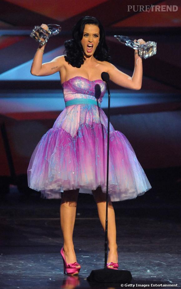 """Toujours chaudement plébiscitée, Katy s'est vue remettre le prix de meilleure chanteuse de l'année et de la """"sensation online""""."""