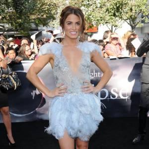 Version red carpet : Nikki Reed met tout ses atouts en avant avec cette robe en plumes.