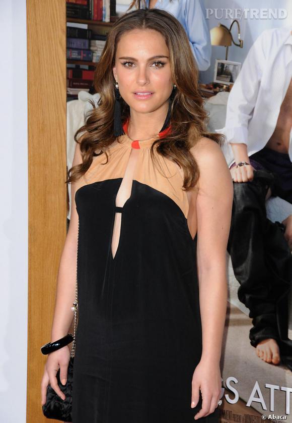 Pas de bijoux encombrants pour Natalie Portman qui a compris que la facture de sa robe fait son effet à elle toute seule.