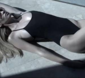 Lara Stone sur les écrans pour Calvin Klein
